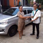 Foto Penyerahan Unit 1 Sales Marketing Mobil Dealer Daihatsu Imam