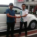 foto-penyerahan-unit-3-sales-marketing-mobil-dealer-daihatsu-bandung-asep
