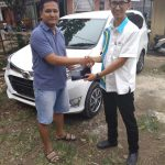 Foto Penyerahan Unit 5 Sales Marketing Mobil Dealer Daihatsu Imam